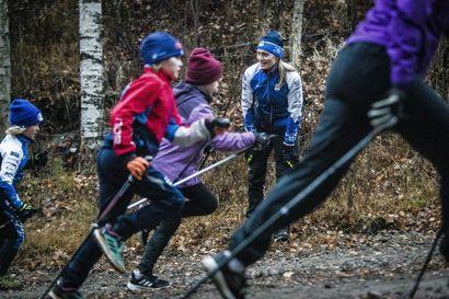 Lapset ja nuoret odottavat ladulle pääsyä – Ounasvaaran Hiihtoseuran hiihtokoulu käynnistyy marraskuussa