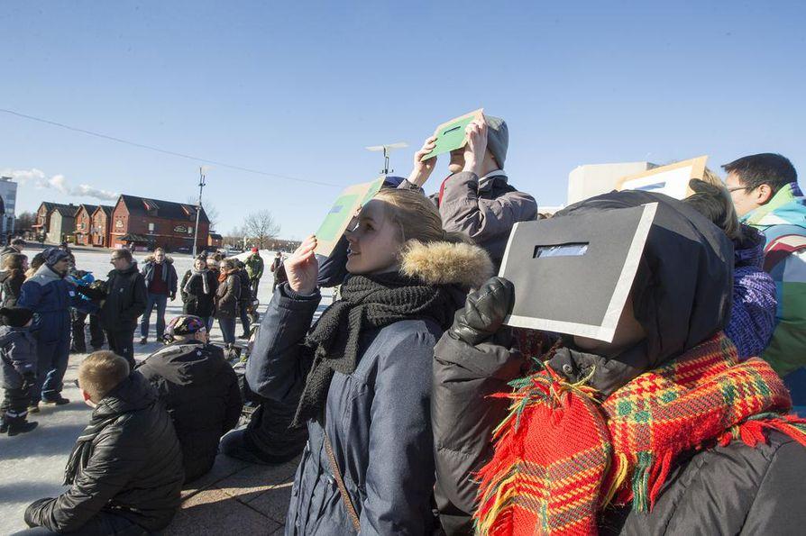 Auringonpimennystä tarkasteltiin perjantaina Oulun torilla.