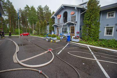 Salaman epäillään iskeneen muuntajan tuleen Revonlahden Taukokartanolla – Pelastuslaitos pyrkii estämään maastopalon leviämisen