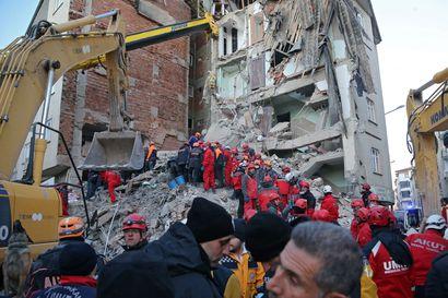 Ainakin 22 kuoli tuhoisassa järistyksessä Turkissa – pelastustöitä tehtiin yöllä kahdeksassa pakkasasteessa