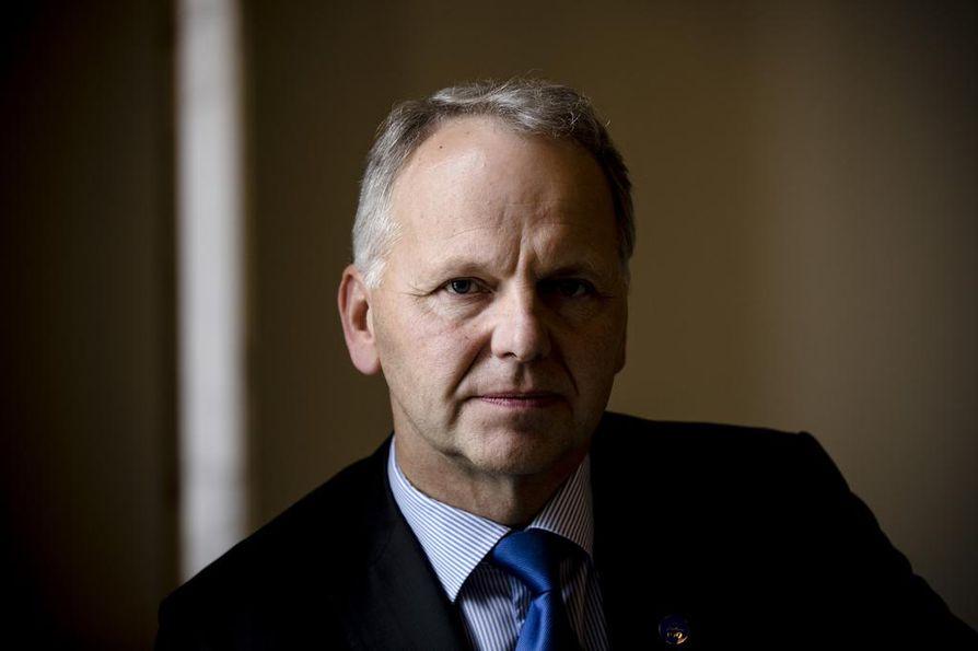 Maatalousministeri Jari Leppä (kesk.) kannustaa lomautettuja suomalaisia hakeutumaan puutarhatiloille töihin.