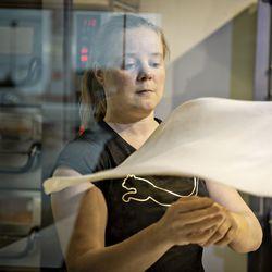 Iiläisessä pitseriassa pohjia pyörittää alan huippuihin lukeutuva Katja Körkkö, joka haluaa maailman parhaaksi taikinan heittäjäksi – Nyt mestari kertoo myös, kuuluuvatko ananas ja majoneesi pitsaan