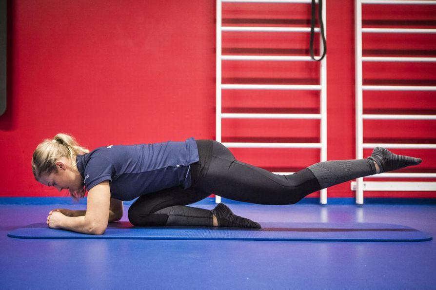Testaa, nukkuuko pakarasi: Asetu päinmakuulle toisen polven päälle ja nosta toinen jalka kohtisuoraan ylös. Älä heilauta tai kompensoi liikettä vartalosi avulla. Nouseeko jalka? Hyvä, pakarasi aktivoitui. Tämä liike käy myös harjoittelusta.