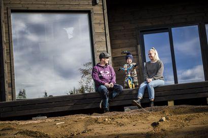Erikan ja Jyrin talossa puukaiteet vaihtuivat rautaan ja köysiin –puutavaran hinnannousu kurittaa rakentajia ja yrittäjiä