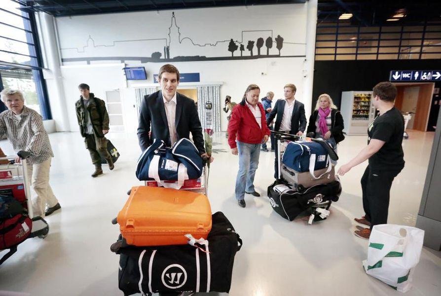 Atte Ohtamaa (edessä) Oulun lentokentällä. Arkistokuva.