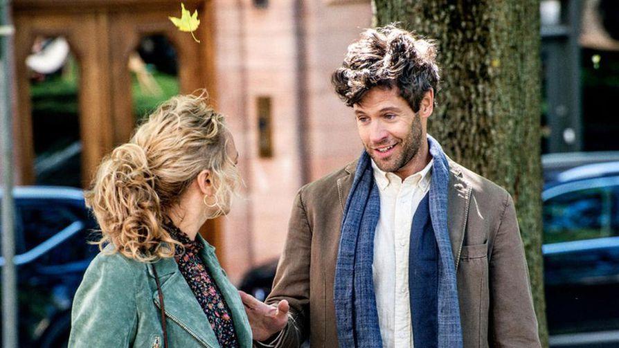 Tukholmaan sijoittuva Deitti kertoo eronneesta nelikymppisestä Ellasta, joka alkaa deittailla. Kuvassa Ella (Maria Sundbom Lörelius) ja Karl (Richard Ulfsäter).