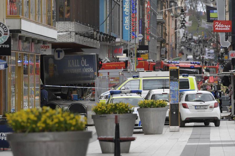 Poliisi on kertonut ainakin kolmen ihmisen kuolleen, kun kuorma-auto ajoi väkijoukkoon ja päin tavarataloa Tukholman keskustassa.