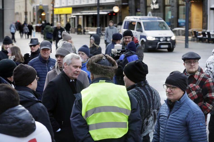 Helsingin Sanomien tietojen mukaan Antti Rinne ideoi jo elokuussa ratkaisua Postin ongelmiin, johon sisältyisi pakettilajittelijoiden siirto toiseen työehtosopimukseen.
