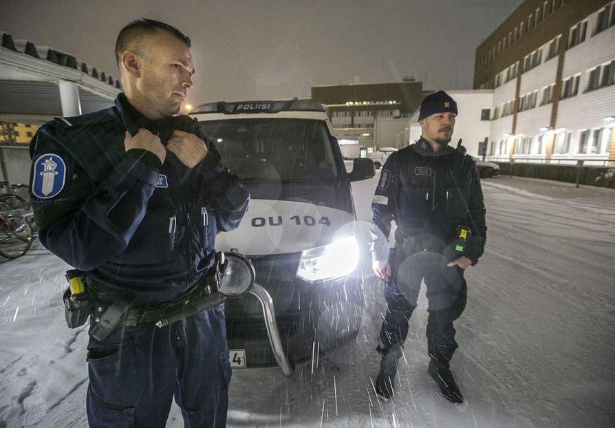 Oulun poliisilaitoksen vanhemmat konstaapelit Petrus Schroderus ja Arttu Paakkola olivat aloittamassa yövuoroaan perjantai-iltana. Pikkujoulukausi on menossa, joten heillä oli odotettavissa kiireinen työvuoro.