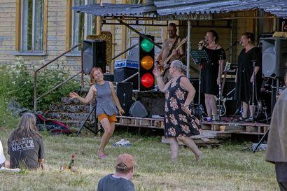 Soitto jatkui pitkälle yöhön –Tyrärockissa nautitaan musiikista popista punkkiin