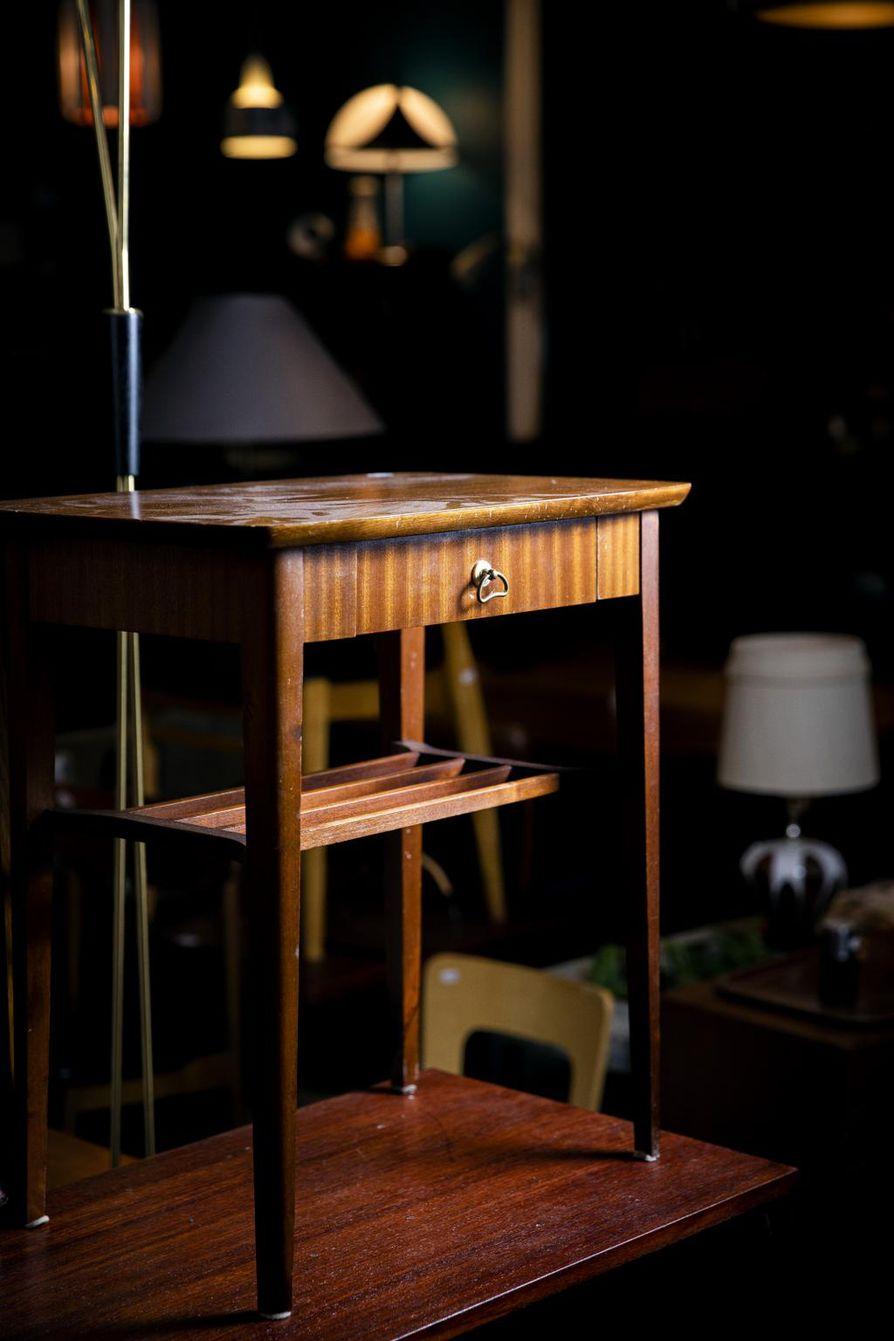 Vanhat yöpöydät ovat nousseet kysytyiksi huonekaluiksi. Kuvassa mahonkinen yöpöytä.