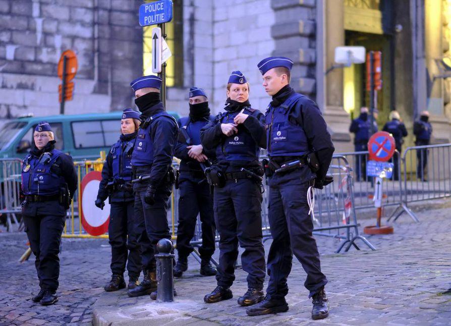 Oikeuskäsittelyn turvatoimet ovat poikkeuksellisen tiukat ja koko Brysselin suuri oikeustalo eristetään oikeudenkäynnin ajaksi.