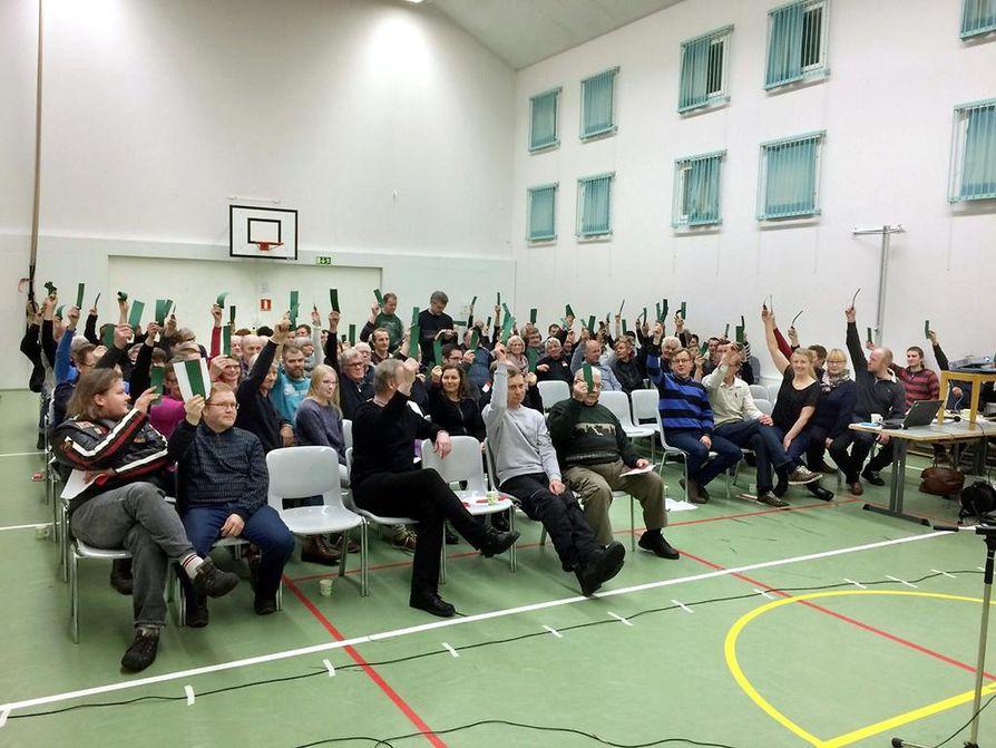 Kyläkokouksessa yhtä lukuunottamatta kaikki muut näytti vihreää valoa Iille.