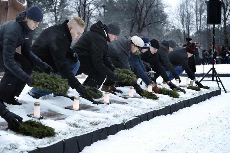 Kunniavartiossa Oulussa oli vapaaehtoisia miehiä ja yksi nainen jokaiselle sankarihaudalle, joita Oulussa on 456.