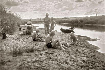 Paavo Alanteen valokuvat vievät lämpimiin lapsuuden kesiin – kuvat nyt ensimmäistä kertaa yleisön nähtävillä
