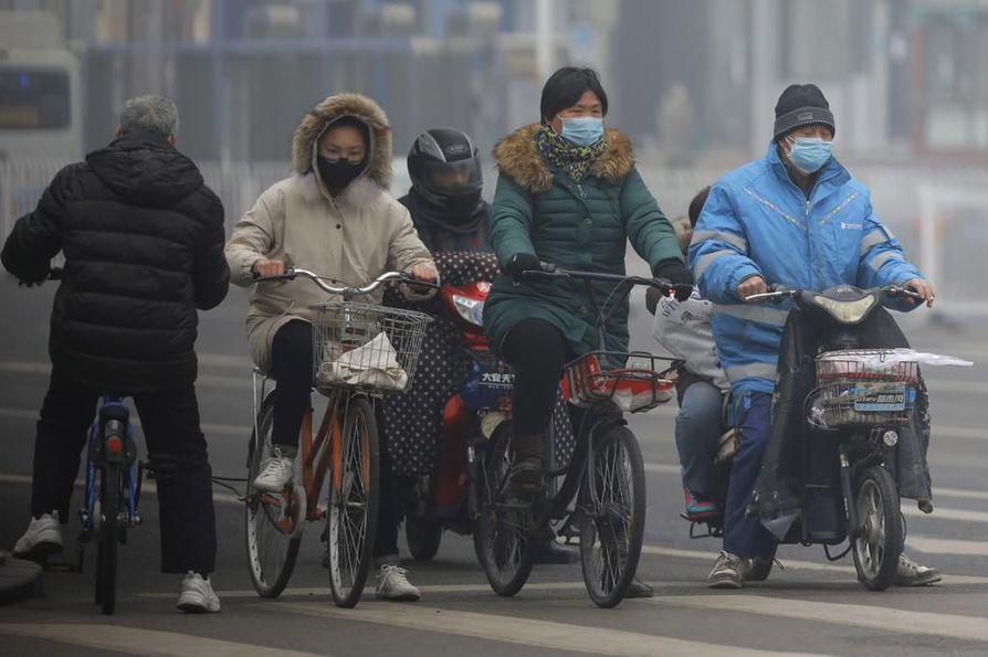 Pekingissä ihmiset pukivat kasvomaskit koronaviruksen uhan alla.