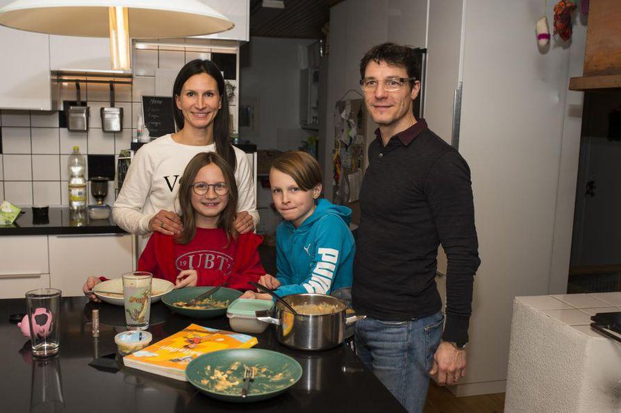 Yhteisestä syömisestä on tullut niin tärkeä perinne, että on tyhjä olo, jos joutuukin syömään yksin, toteaa äiti Rea Stricker. Kuvassa myös isä Peter Stricker ja lapset Minka, 9, ja Leo, 10.