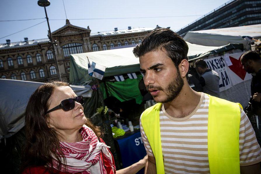 Tiedottaja Outi Popp ja Haider Al-Mashhadni  olivat perjantaina Oikeus elää -mielenosoituksessa Rautatientorilla.