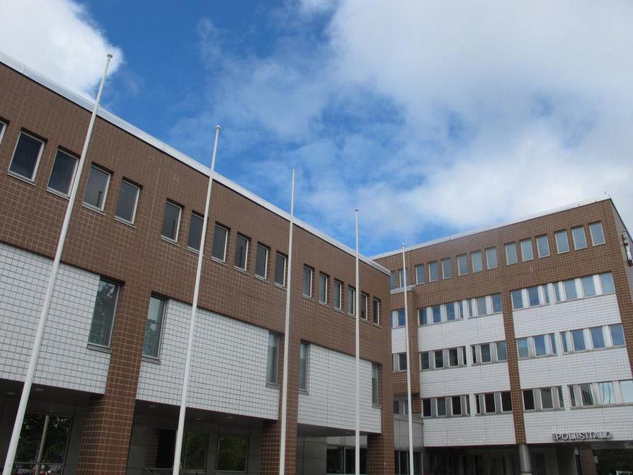 Remontissa olevan ja sisäilmaongelmien vaivaaman Oulun poliisitalon remonttityömaalle ei vielä herunut töiden jatkamislupaa Oulun rakennuslautakunnalta.