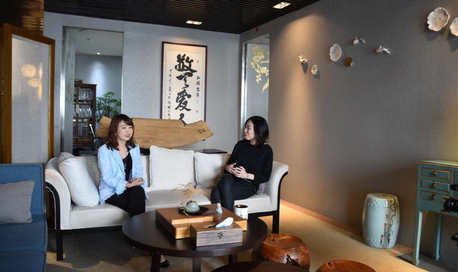 Doris Li helpottaa asiakkaittensa kireyttä ongelmien keskellä. Harmony Q -yhtiön toimisto muistuttaa perinteistä kiinalaista teehuonetta. Taustalla soi rauhoittava kiinalainen musiikki.