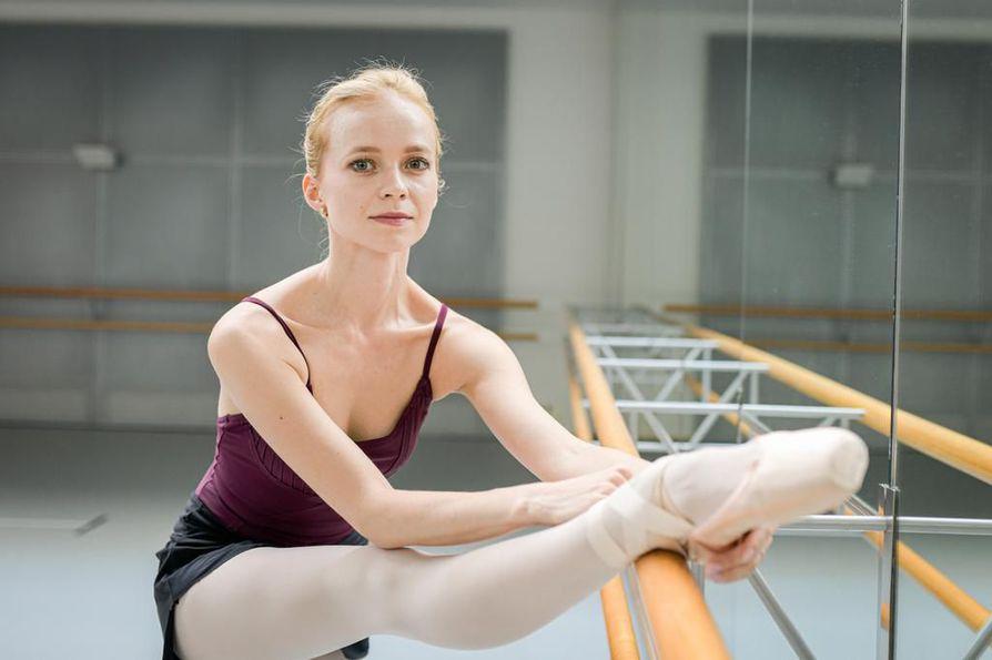 Balettitanssijan päivään kuuluu oma kehonhuolto salilla jo ennen aamuharjoitusten alkua.