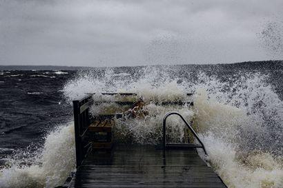 Voimakkaat myrskypuuskat moukaroivat Suomea torstaina – länsirannikolla tuuli saattaa yltyä 25 metriin sekunnissa, pohjoisessa luvassa lunta