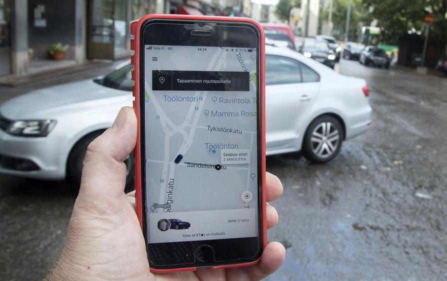 Taksisovellusten käyttö on yleistynyt sen jälkeen, kun Suomen taksimarkkinat vapautuivat viime kesänä. Arkistokuvassa on Suomeen palannut yhdysvaltalainen kyytisovellus Uber.