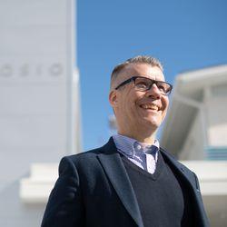 """Kunnanjohtaja Pekka Jääskö kaatuneitten muistopäivänä: """"Erityisesti isoisäni, upseerin kertomukset sotatoimista ja taistelukokemukset jäivät mieleen matkoilla Posiolta Rovaniemelle"""""""