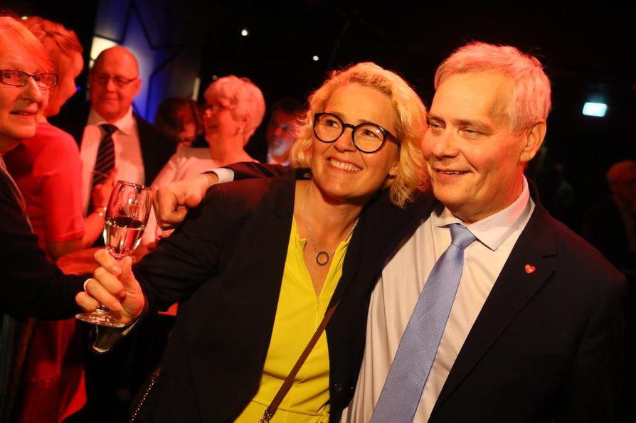 Miapetra Kumpula-Natri ja Antti Rinne iloitsivat sdp:n kannatuksen kasvusta.