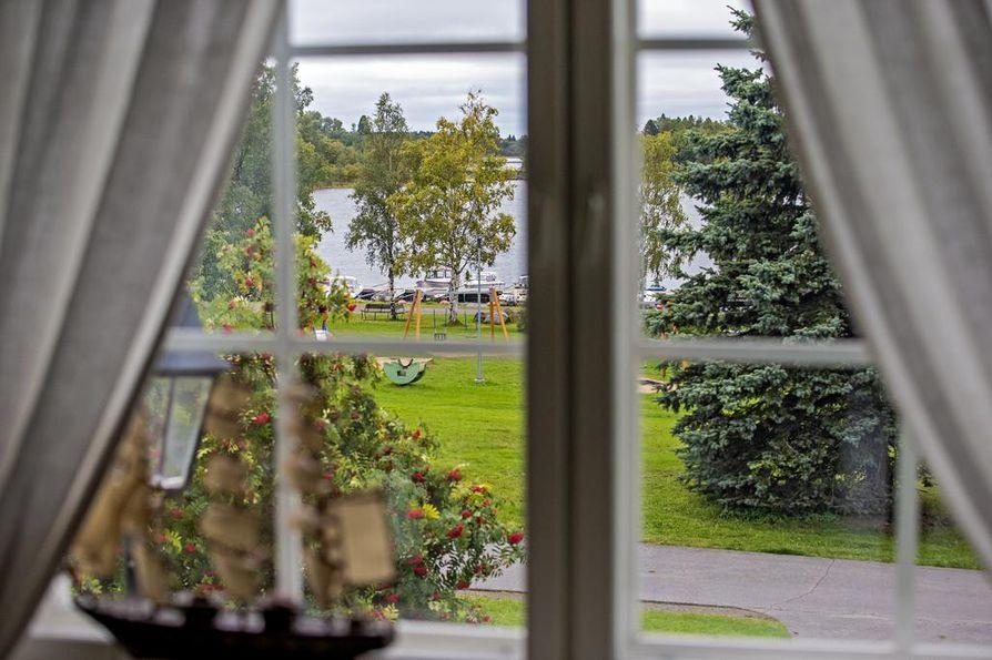 Olohuoneen ikkunat avautuvat Rantakadulle ja Pikkulahden rantamaisemaan.
