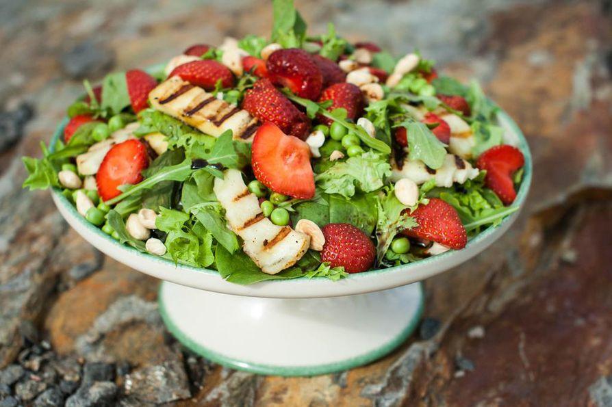 Tarjoile salaatit luovasti. Kokoa salaatti kakkuvadille tai isolle laakealle puulaudalle ja jätä iänikuinen salaattikulho kaappiin huilaamaan.