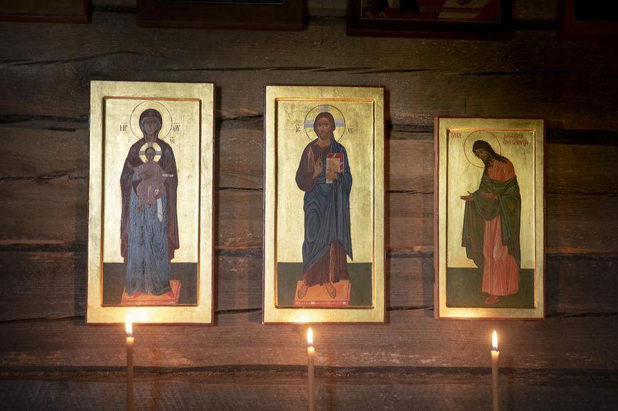 Eeva Tervaskannon mielestä kulta on ikonin taivaallisin väri. Kotitsasounan ikoniseinällä alimpana on rukousryhmä.