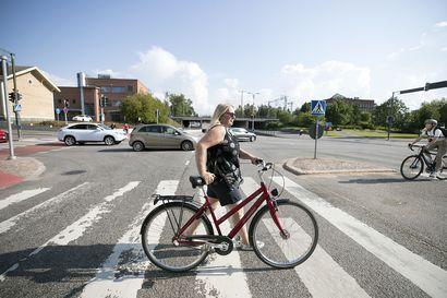 Uusi tieliikennelaki ohjaa kauppakassin pois ohjaustangosta ja vaatii valot pyörän etu- ja takaosaan – poliisi tehostaa pyöräilijöiden valvontaa, kun pimeä syyskausi alkaa