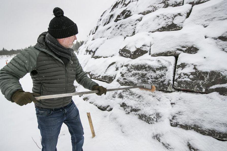 Kivikukko on nyt pystytetty salaiseen paikkaan, jotta maamerkki osataan kasata oikein Rautatienkadulle.