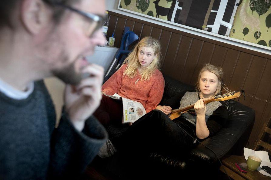 Kaisa ja Anna Karjalainen äänittävät syksyllä ilmestyvää Maustetyttöjen pitkäsoittoa Pentti Amoren (vas.) Wolfbeat-studiolla Kempeleessä huhtikuun ajan.