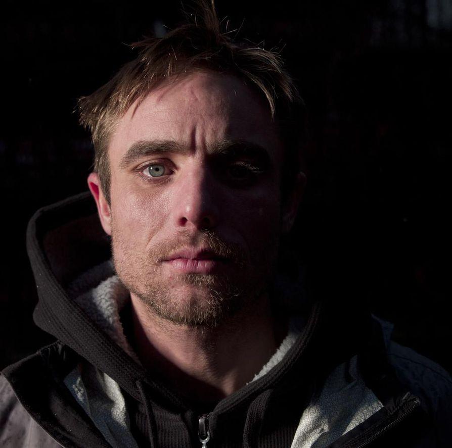 Jake Anderson, 38, sanoo olevansa sama ja eri henkilö kuin Hengenvaarallisessa saaliissa. Sarjassa näkyy hänen kalastajanelämästään yleisöä viihdyttävimmät osat.