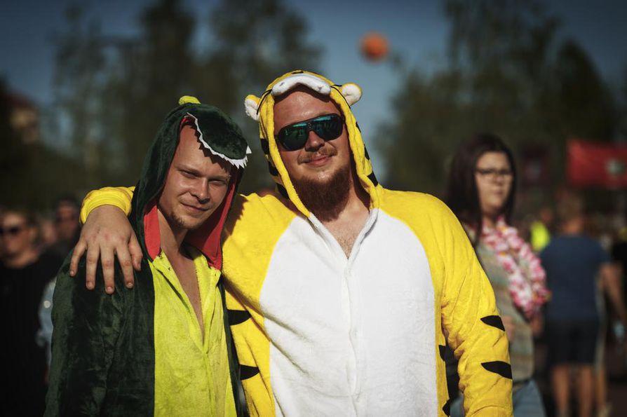 Pasi Leinonen ja Miikka Kauppinen hankkivat eläinasut sen jälkeen, kun yksi porukasta hankki itselleen yksisarvisasun.