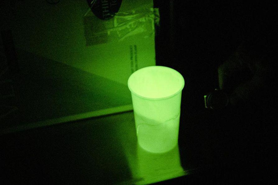 Tritiumia sisältävä muki hohtaa pimeässä.