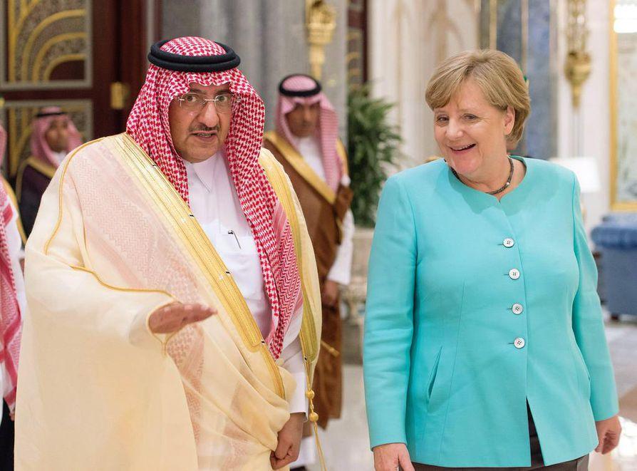 Saksan liittokansleri Angela Merkel tapasi maanantaina  Saudi-Arabian-vierailullaan kruununprinssi Muhammed bin Nayefin. bfc12ccded