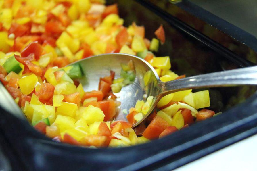 Mittauksiin osallistuneissa toimipisteissä valmistetusta, syömäkelpoisesta ruoasta noin 16 prosenttia päätyi hävikkiin. Kuvituskuva.