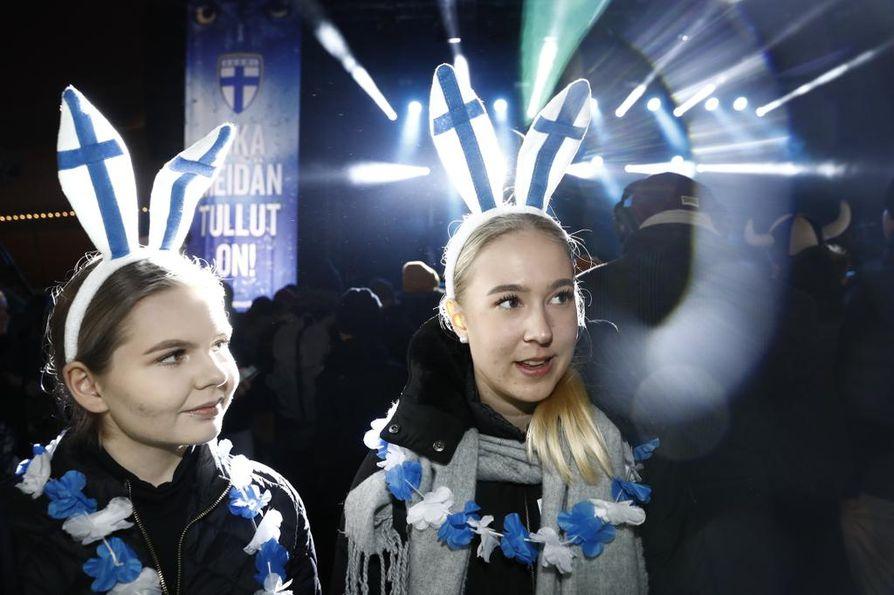 Kaarina Harkonmäki (vas.) ja Annica Aherto pelaavat HJK:n B-tytöissä. He olivat perjantaina seuraamassa Huuhkajien ottelua Helsingin Kansalaistorilla, jossa kansanjuhlakin nyt järjestettiin.