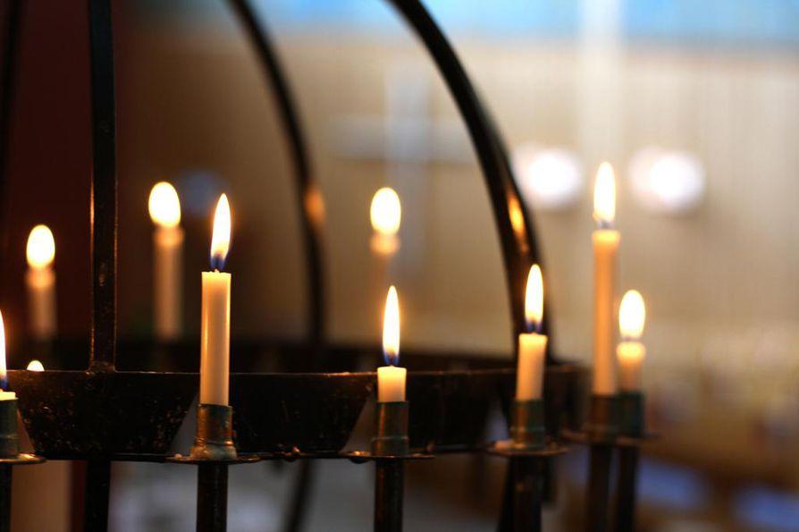 Ålidhemskyrkassa voi sytyttää kynttilän sunnuntain lentoturmassa kuolleiden muistolle tai omaa surua helpottaakseen.