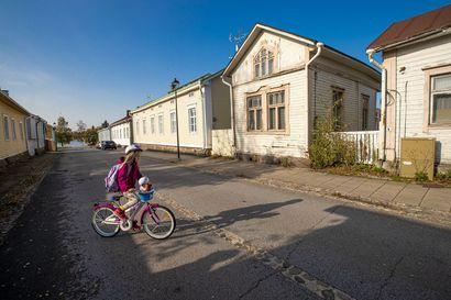 """Arkkitehtiopiskelijat tutkivat Vanhan Raahen arvon: """"Oulussakin on joskus ollut tällaista"""""""