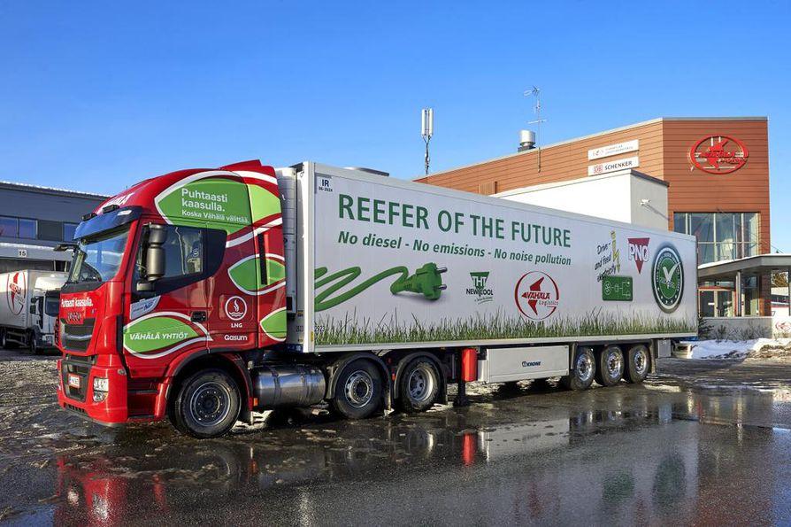 Hollantilaisen kylmäperävaunun tunnistaa sähkötöpselistä ja vihreästä ruohoteippauksesta. Kaasurekkaa taas koristavat vihreät lehdet.