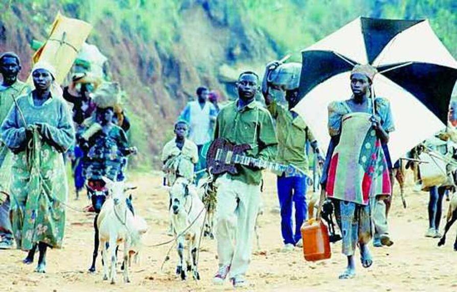 Eero Paloheimo kirjoittaa kärkevästi, ettei ole tavannut yhtään afrikkalaista, joka pitäisi kehitysapua hyvänä. Kuvassa sisällissotaa pakenevat ruandalaisetovat matkalla Zaireen turvaan vuonna 1996.