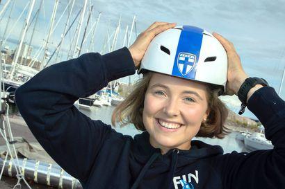 """Oululainen Selma Valjus muutti 16-vuotiaana Helsinkiin purjehduksen perässä, nyt hän tavoittelee paikkaa olympialaisiin – """"Onnistuessamme meillä on mahdollisuudet"""""""