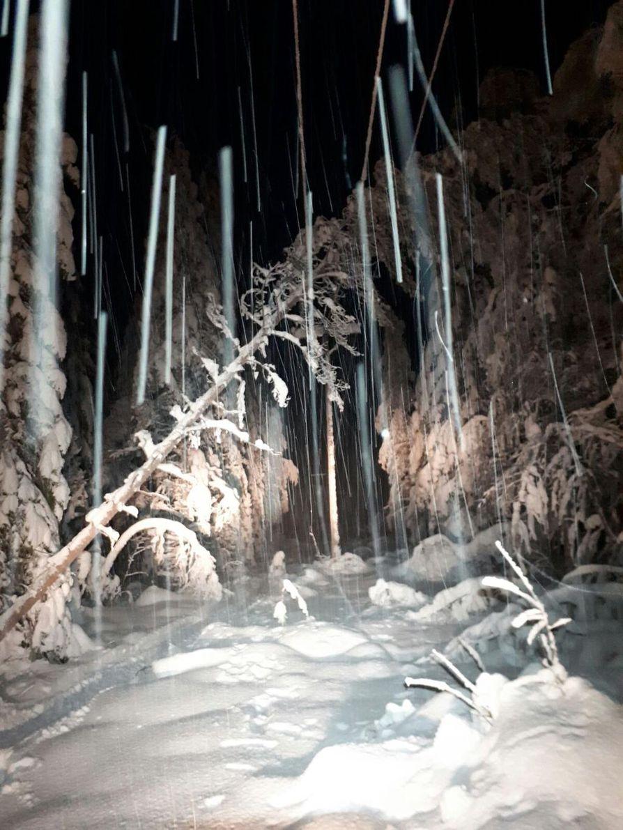 Korjaustöitä on tehty lumikinoksissa ja pimeässä keskellä sydäntalvea.