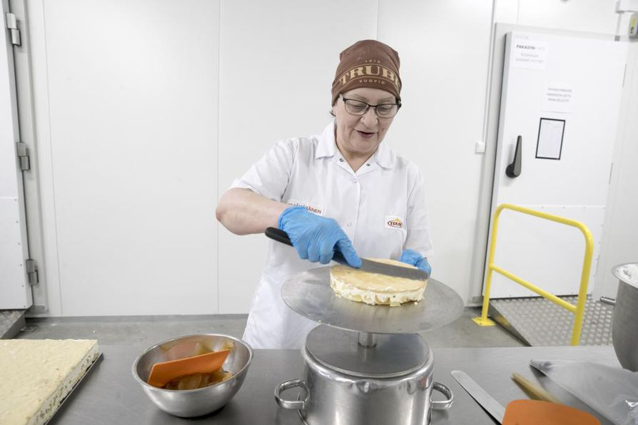 Sisko Kämäräiselle omenahyveen valmistus on tuttua puuhaa vuosikymmenten ajalta.