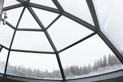 Isoja ikkunoita ja iglusaunoja – mikä paljastavassa rakennustyylissä kiehtoo muuten niin varautuneita suomalaisia?