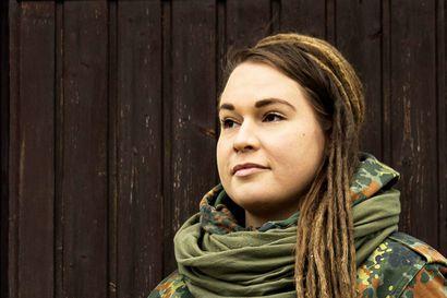 Koruntekijä, kokki, kahvilanpitäjä ja koirahieroja – Oululainen Laura muutti isoäitinsä mökkiin Hailuotoon